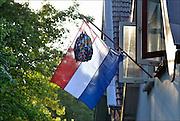 Nederland, Ubbergen, 11-6-2015Vlag met boekentas is uitgehangen om te vieren dat het eindexamen is gehaald. Deze week hebben scholieren van het voortgezet onderwijs de uitslag van hun eindexamen gekregen. Bij veel geslaagden gaat traditioneel de vlag uit, met de schooltas aan het einde van de stok. Foto: Flip Franssen/Hollandse Hoogte
