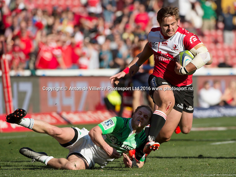 Lions v Highlanders. Rohan Janse van Rensburg of the Emirates Lions gets away from Matt Faddes of the Highlanders for his try during the 2016 Super Rugby semi-final match at Ellis Park, Johannesburg, 30 July 2016. <br /> <br /> &copy; Anton de Villiers / www.photosport.nz