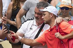 May 29, 2017 - Paris, Frankreich - Paris, 29.05.2017, Tennis - French Open 2017, Steve Darcis (BEL) macht ein Selfie mit einem Fan  (Credit Image: © Pascal Muller/EQ Images via ZUMA Press)