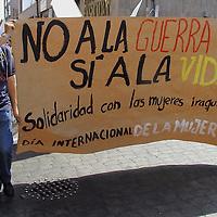 Toluca, Méx.- Estudiantes de la normal de Teneria realizaron una marcha en esta ciudad a favor de la Paz en el medio oriente condenando las acciones belicas de los Estados Unidos. Agencia MVT / Hernan Vazquez E. (DIGITAL)<br /> <br /> NO ARCHIVAR - NO ARCHIVE