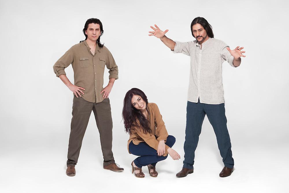 Camela. Dionisio Martín Lobato (vocalista-compositor), Maria de los Ángeles Muñoz Dueñas (vocalista-compositor) y Miguel Ángel Cabrera Jiménez (teclados-compositor).