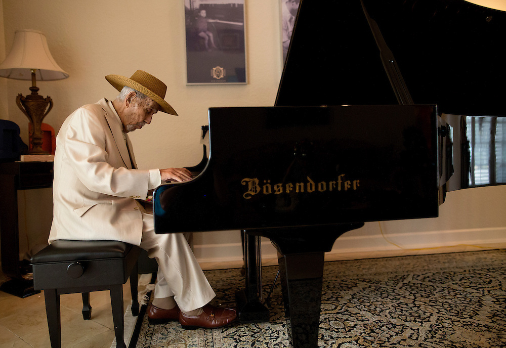 Avo Uvezian, 89, renowned cigar maker at his Orlando home on on December 18, 2015. In addition to his fine cigars, Uvezian studied at The Juilliard School, is a musician and composer and speaks 9 languages. (Jacob Langston for the New York Times)