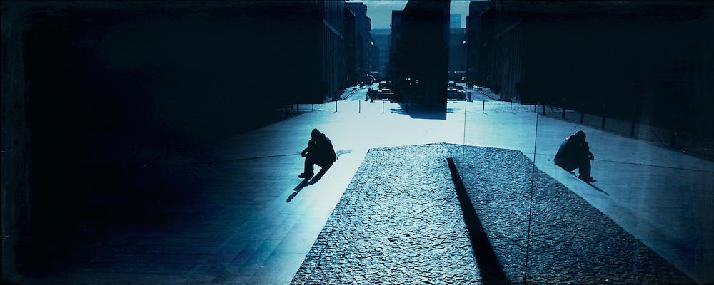 Man sitting on stairs in the sun - Düsseldorf, Kunsthalle