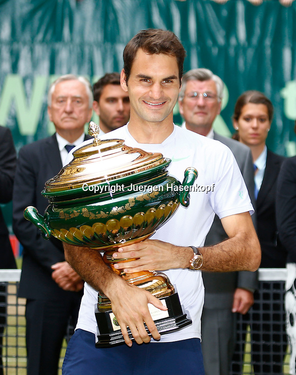 Gerry Weber Open 2013, ATP World Tour, Rasentennis Turnier, International Series,Gerry Weber Stadion, Grasplatz, Halle/Westfalen,<br /> Finale,Endspiel, Siegerehrung,Praesentation,<br /> Sieger Roger Federer (SUI) mit Pokal,Einzelbild,Halbkoerper,Querformat,