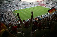 Eroeffnungsspiel WM 2006          Deutschland - Costa Rica Zuschauer jubeln ueber den Treffer zum 4:2 im Spiel Deutschland gegen Costa Rica.