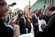 Palazzo San Gervasio (PZ) 14.06.2011 - Centro di Identificazione ed Espulsione. Una delegazione di parlamentari composta dai deputati Jean Leonard Touadi (Pd), Rosa Villecco Calipari (Pd) e Giuseppe Giulietti (Gruppo misto) - che oggi e' entrata nel Centro di identificazione ed espulsione (Cie) di Palazzo San Gervasio - ne ha chiesto ''l'immediata chiusura, per via delle inaccettabili condizioni di detenzione in cui versano 57 giovani tunisini''. Nella Foto: I parlamentari mostrano l'articolo 21 della Costituzione al responsabile del Cie..Foto Giovanni Marino
