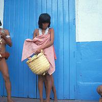 Familia aborigen vendiendo artesanía, Puerto Ayacucho, Amazonas, Venezuela.
