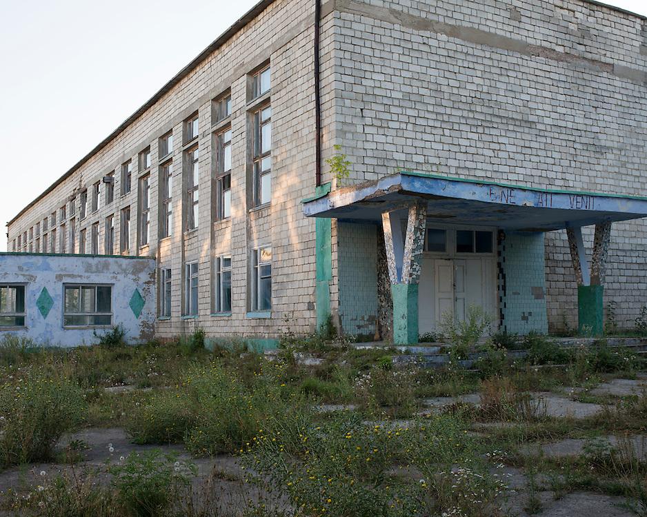 L'économie moldave a pâti de la récession économique russe. De nombreuses industries ont fermé et le pays n'a pas les moyens de remettre l'économie sur pieds. Cela a  provoqué le départ de nombreux adultes vers l'étranger. Aujourd'hui un tiers de la population vit à l'étranger. Dans les villages les écoles se vident et des collèges professionnels ont dû fermer.