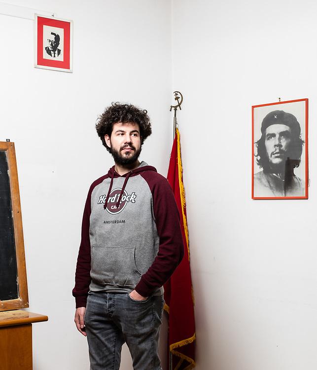 """Massimiliano Taglianetti, 21 anni. """"Negli anni 70 c'era più appartenenza ai partiti perché le ideologie erano più forti. Se eri comunista restavi comunista, ora magari ci si lega a un formazione, ma non é detto che resterai a farne parte per tutta la vita. La sfiducia è qualcosa che la mia generazione respira nell'aria da sempre, come lo smog"""". Circolo culturale e sede di Liberi e Uguali """"Aurora"""", Collegno, TO."""