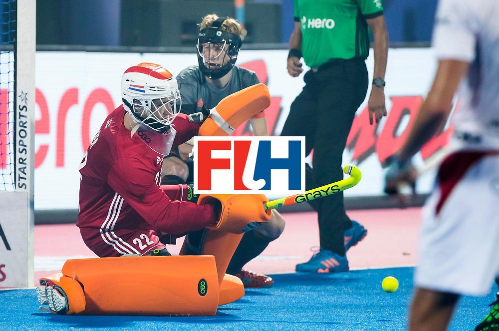 BHUBANESWAR - keeper Sam van der Ven (Ned) met Joep de Mol (Ned)   tijdens de Hockey World League Final wedstrijd Belgie-Nederland (3-0).  COPYRIGHT KOEN SUYK