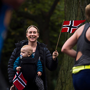November 05, 2017 - New York, NY :  Marthe Kirk and one-year-old Edward Kirk cheer on runners as they head south through Central Park on Manhattan's East Side during the 2017 TCS New York City Marathon on Sunday afternoon. <br /> CREDIT: Karsten Moran for The New York Times