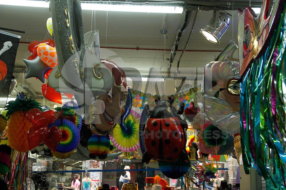 SAO PAULO, SP, 08 JANEIRO 2013 - ECOMONIA - VENDAS DE PRODUTOS CARNAVAL - As lojas espcializadas em produtos para fantasias já dispoem ao consumidores fatasias de carnaval. Movimento de consumidores nas lojas da Rua 25 de Marco na tarde desta terça-feria(08), na regiao central de Sao Paulo. (FOTO: AMAURI NEHN / BRAZIL PHOTO PRESS).