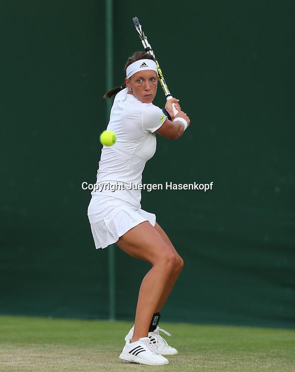 Wimbledon Championships 2014, AELTC,London,<br /> ITF Grand Slam Tennis Tournament,<br /> Dinah Pfizenmaier (GER),Aktion,Einzelbild,<br /> Ganzkoerper,Hochformat,