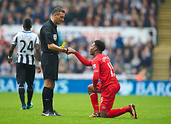 19.10.2013, St. James Park, New Castle, ENG, Premier League, ENG, Premier League, Newcastle United vs FC Liverpool, 8. Runde, im Bild Liverpool's Daniel Sturridge is helped to his feet by referee Andre Marriner before being shown, yellow card, against Newcastle United // during the English Premier League 8th round match between Newcastle United and Liverpool FC St. James Park in New Castle, Great Britain on 2013/10/19. EXPA Pictures © 2013, PhotoCredit: EXPA/ Propagandaphoto/ David Rawcliffe<br /> <br /> *****ATTENTION - OUT of ENG, GBR*****