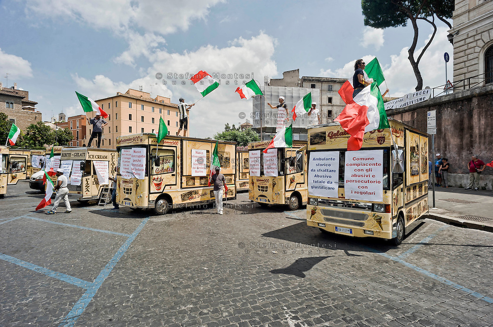 Roma 13 Luglio 2015<br /> Manifestazione dei venditori ambulanti che si sono radunati stamani davanti alla Bocca della verità in segno di protesta contro la decisione del sindaco di Roma Ignazio Marino  di allontanare  dal centro storico, a partire dal Colosseo e da via dei Fori Imperiali, i camion bar.<br /> Rome 13 July 2015<br /> Demostration  of the street vendors who gathered this morning in front of the Mouth of Truth in protest against the decision of the Mayor of Rome Ignazio Marino, of remove  from the historic center, from the Colosseum and Via dei Fori Imperiali the trucks bar.