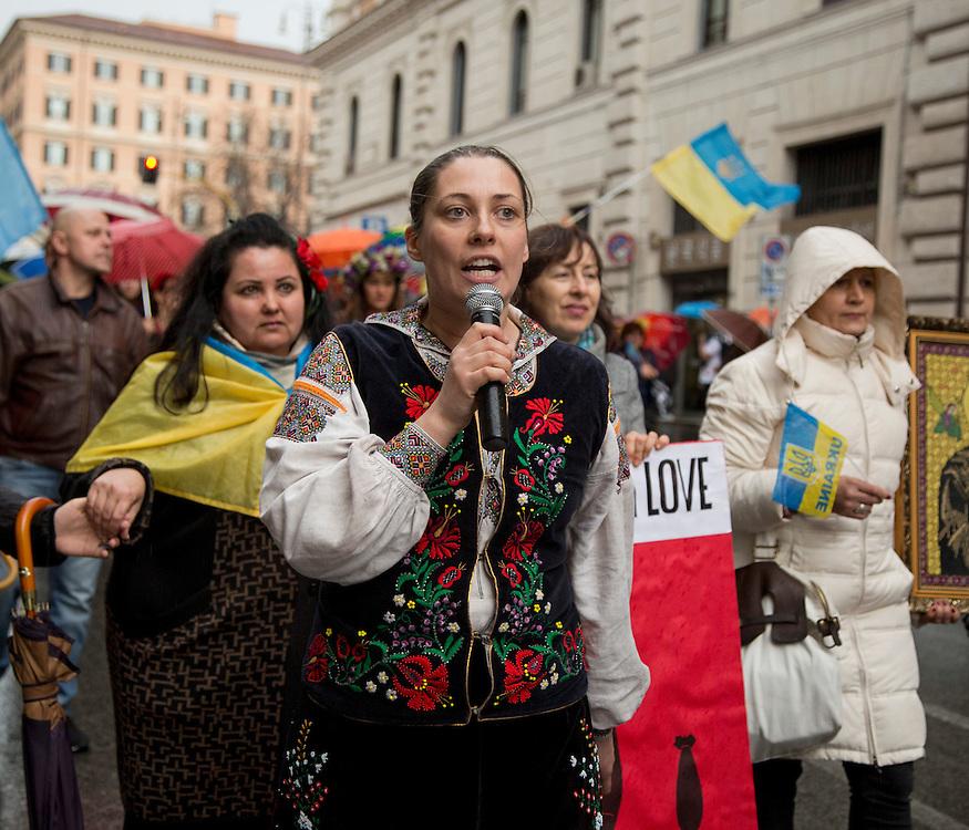 Attivista volontaria della causa Ucraina libera mentre partecipa ad una manifestazione<br /> <br /> voluntary activist because Ukraine free while participating in a demonstration