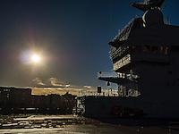 A bord du Dixmude.<br /> Pont d'envol.<br /> Le batiment de projection et de commandement Dixmude est arrive ce vendredi &agrave; Marseille pour une escale exceptionnelle de trois jours pour la signature de la charte de parrainage du BPC par la Ville de Marseille, auparavant marraine du transport de chalands de d&eacute;barquement Siroco, vendu fin 2015 au Br&eacute;sil. &nbsp;<br /> Plus grand batiment de guerre apres le porte-avions Charles de Gaulle, le Dixmude se distingue par sa polyvalence et sa capacite a se deployer loin et longtemps. <br /> Troisieme BPC fran&ccedil;ais du type Mistral, il a ete receptionne en 2012 par la Marine nationale. Long de 199 m&egrave;tres et affichant un deplacement de plus de 21.000 tonnes en charge, c&rsquo;est a la fois un porte-h&eacute;licopt&egrave;res, un batiment d&rsquo;assaut amphibie, un hopital flottant et une unite capable d&rsquo;assurer le commandement d&rsquo;une operation interarmees et internationale. Il peut, par exemple, embarquer une vingtaine d&rsquo;helicopteres de transport et de combat, une centaine de vehicules (dont des chars Leclerc), 450 hommes de troupe et des engins de debarquement (deux CTM et un EDAR, deux EDAR ou quatre CTM).<br /> Ses principales missions<br /> Operation Eunavfor Atalanta (2012) - Operation Serval (2013)-Operation Sangaris (2013) <br /> Il participe a la Mission Corymbe et le 4 avril 2015, il evacue 44 personnes du Yemen suite au conflit au Y&eacute;men. Le lendemain, il recupere egalement 63 personnes dont 23 fran&ccedil;ais transferees &agrave; partir du patrouilleur L'adroit et de la fregate Aconit.<br /> En mai 2015, il part pour la mission Jeanne d'Arc 2015.