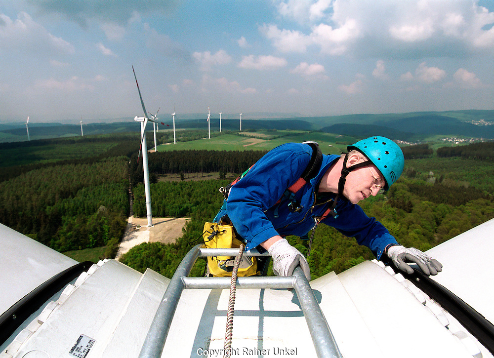 DEUTSCHLAND : Ein Techniker der Abo-Wind AG wartet ein Windrad / Windmuehle im Windpark Berglicht.   GERMANY : A technician of Abo-Wind AG maintaining a windmill in the windpark Berglicht.   10.05.2006.   Copyright by : Rainer UNKEL , Tel.: (0)228/477211, Fax: (0)228/477212