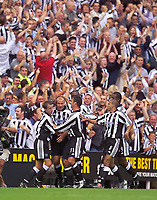 Fotball<br /> Premier League England 2003/2004<br /> Newcastle v Manchester United 23.08.2003<br /> Norway Only<br /> Foto: Digitalsport<br /> <br /> Photo. Jed Wee<br /> Newcastle United v Manchester United, FA Barclaycard Premiership, St. James' Park, Newcastle. 23/08/2003.<br /> Newcastle celebrate in front of their fans after taking the lead through Alan Shearer