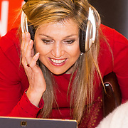 NLD/Leiden/20180412 - Maxima bezoekt workshop digitaal componeren, Koningin Maxima luistert aandachtig met koptelefoon naar gecomponeerde tunes