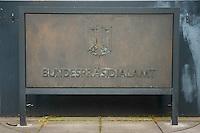 08 JUL 2008, BERLIN/GERMANY:<br /> Schild Bundespraesidialamt am Haupttor Schloss Bellevue<br /> IMAGE: 20080708-01-002<br /> KEYWORDS: Bundespräsidialamt, sign, Bundesadler