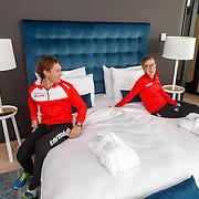 NLD/Amsterdam/20151021 - Ploegpresentatie Corendon schaatsploeg, Renz Rotteveel en Marije Joling in bed