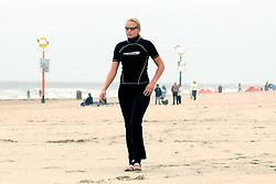 15-08-2006 VOLLEYBAL: BEACHVOLLEYBAL TEAM SCHUIL NUMMERDOR: SCHEVENINGEN<br /> Sanne Keizer<br /> ©2006-WWW.FOTOHOOGENDOORN.NL