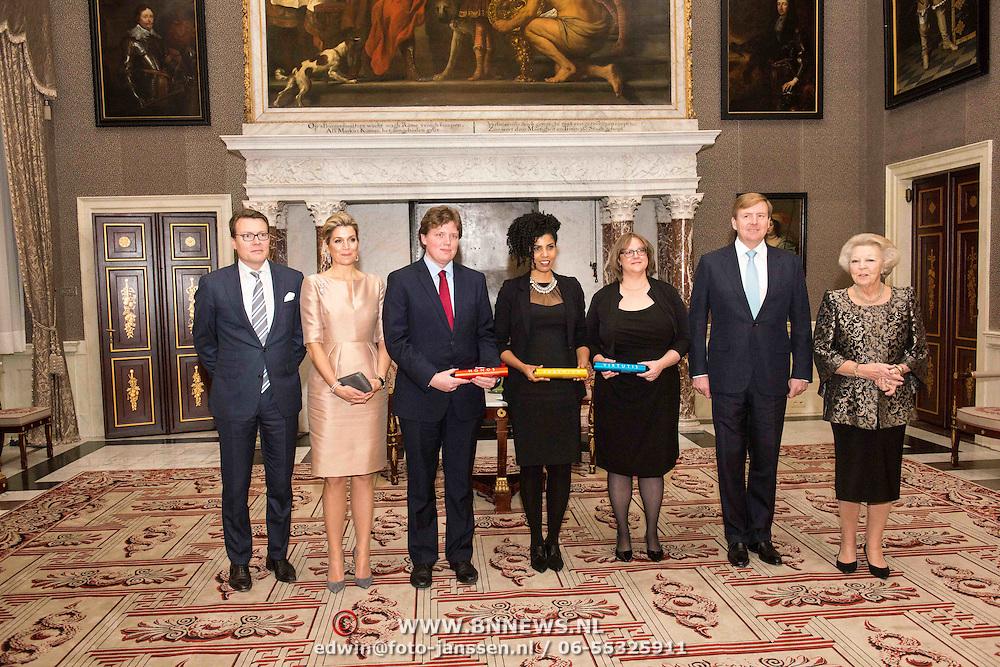 NLD/Amsterdam/20151125 - Koning Willem Alexander reikt Erasmusprijs 2015 uit, Prins Constantijn, Koningin Maxima, de heer Gelauff, mevrouw Vrana, mevrouw Ayers, Koning Willem-Alexander en prinses Beatrix tijdens de uitreiking van de Erasmusprijs 2015 aan de Wikipedia Community.