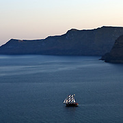 Yacht in the bay of Santorini, Greece. Voilier dans la baie de Santorin, Grèce.