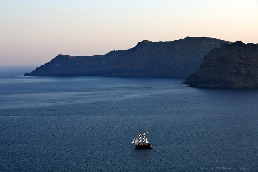 Yacht in the bay of Santorini, Greece. Voilier dans la baie de Santorin, Grèce.