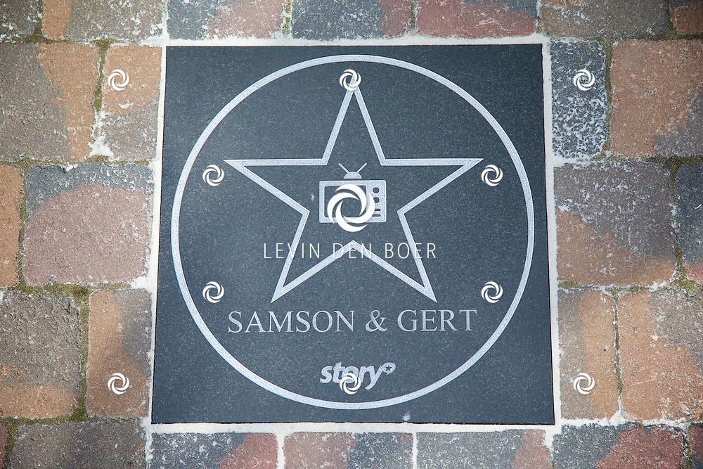 DE PANNE - In attractiepark Plopsaland liggen diversen Walk of Fame Sterren op de grond. Met hier de ster van 'Samson en Gert'. FOTO LEVIN DEN BOER - KWALITEITFOTO.NL