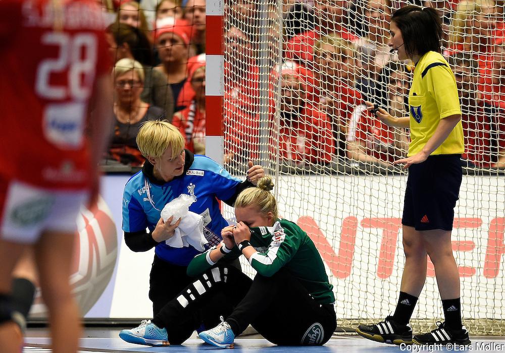 DK:<br /> 20151216, Herning, Danmark:<br /> IHF Verdensmesterskabet i H&aring;ndbold for kvinder Danmark 2015. 1/4 finale Danmark-Rum&aelig;nien. Keeper Sandra Toft, Denmark f&aring;r en bold direkte i ansigtet.<br /> Foto: Lars M&oslash;ller<br /> UK: <br /> 20151216, Herning, Denmark:<br /> IHF Women&acute;s Handball World Championship Denmark 2015. 1/4 final Denmark-Romania. Keeper Sandra Toft, Denmark is hit directly in the face by the ball.<br /> Photo: Lars Moeller