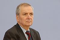 13 MAY 2002, BERLIN/GERMANY:<br /> Klaus Toepfer, Direktor der United Nations Environment Programme (UNEP) und Bundesminister a.D., waehrend einer Pressekonferenz zum Weltgipfel fuer nachhaltige Entwicklung, Bundespressekonferenz<br /> IMAGE: 20020513-02-009<br /> KEYWORDS: Klaus Töpfer