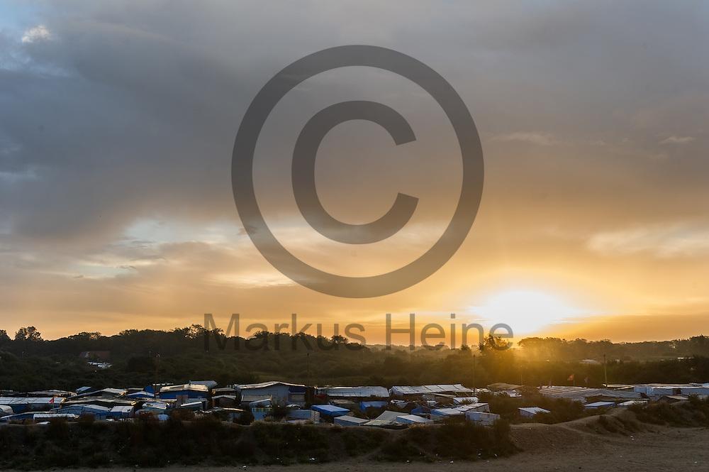 Calais, Frankreich - 17.10.2016<br /> &Uuml;bersichtsbild ueber den Dschungel von Calais. Das Fluechtlingscamp an der Kueste zum Aermelkanal soll laut franz&ouml;sischer Regierung in den n&auml;chsten Tagen geraeumt werden. In dem Camp leben um die 1000 Fluechtlinge und warten auf die Moeglichkeit zur Weiterreise durch den Eurotunnel nach Gro&szlig;britannien. Photo: Foto: Markus Heine / heineimaging<br /> <br /> Calais, France - 2016/10/17<br /> Aerial view of the Calais Jungle. The refugee camp on the coast to the English Channel is to be cleared in the next few days, according to the French government. In the camp live around the 1000 refugees and wait for the possibility to travel further through the Eurotunnel to the UK. Photo: Foto: Markus Heine / heineimaging<br /> <br /> ------------------------------<br /> <br /> Ver&ouml;ffentlichung nur mit Fotografennennung, sowie gegen Honorar und Belegexemplar.<br /> <br /> Bankverbindung:<br /> IBAN: DE65660908000004437497<br /> BIC CODE: GENODE61BBB<br /> Badische Beamten Bank Karlsruhe<br /> <br /> USt-IdNr: DE291853306<br /> <br /> Please note:<br /> All rights reserved! Don't publish without copyright!<br /> <br /> Stand: 10.2016<br /> <br /> ------------------------------