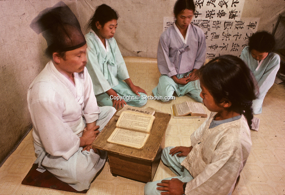 The traditional class: children learn  traditional Chinese and holy scriptures. La salle de classe. Dans ce village , les enfants n'etudient que les textes chinois //////R28/8    L2625  /  R00028  /  P0003002//////Chonhakdong village confucianiste traditionel. //////Chonhakdong traditional confucianist village .