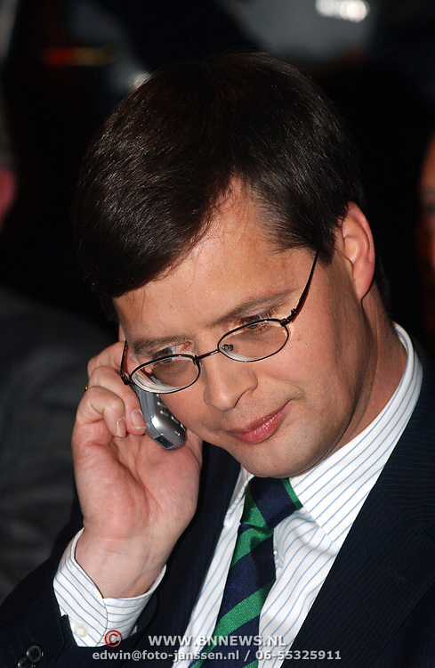 CDA verkiezingsbijeenkomst Hilversum, premier Jan Peter Balkenende met gsm telefoon