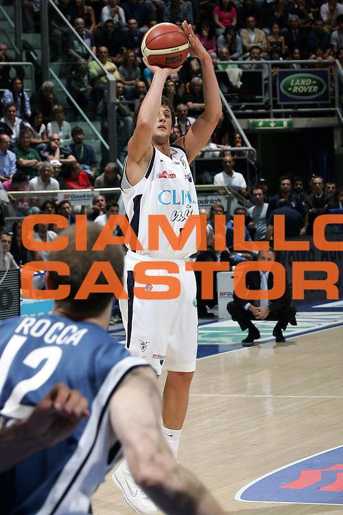 DESCRIZIONE : Bologna Lega A1 2005-06 Play Off Semifinale Gara 3 Climamio Fortitudo Bologna Carpisa Napoli <br /> GIOCATORE : Belinelli<br /> SQUADRA : Climamio Fortitudo Bologna <br /> EVENTO : Campionato Lega A1 2005-2006 Play Off Semifinale Gara 3 <br /> GARA : Climamio Fortitudo Bologna Carpisa Napoli <br /> DATA : 07/06/2006 <br /> CATEGORIA : Tiro<br /> SPORT : Pallacanestro <br /> AUTORE : Agenzia Ciamillo-Castoria/E.Pozzo