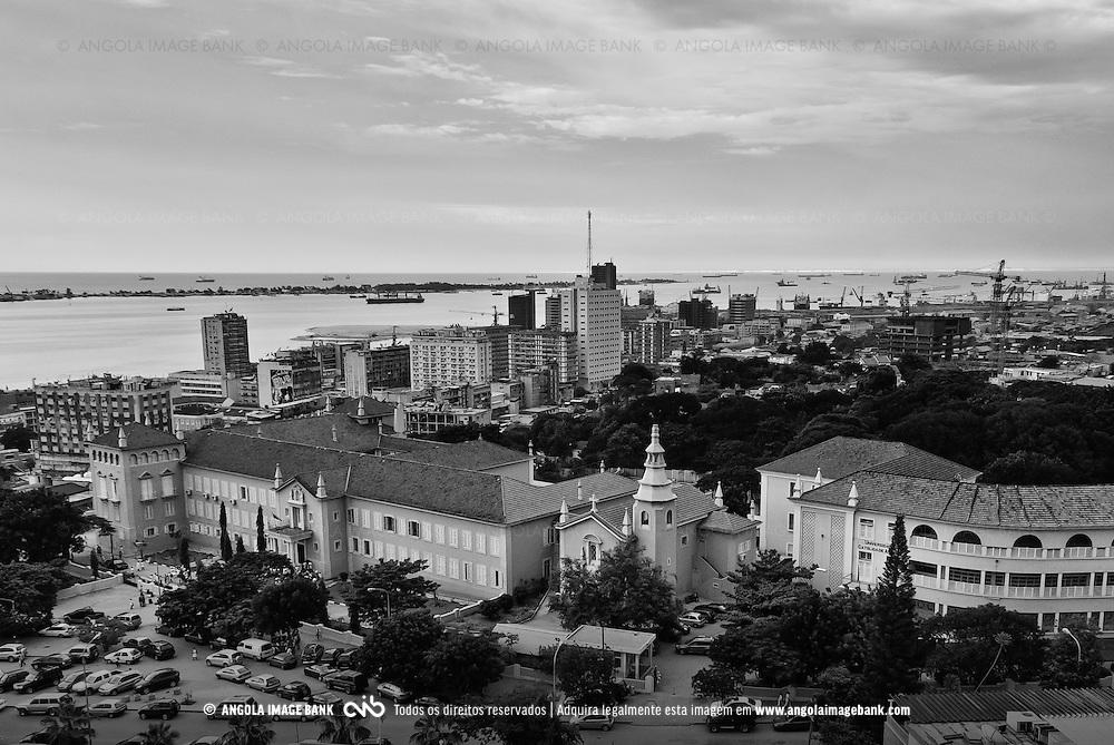 Vista para a baixa da cidade de Luanda. Em primeiro plano está a Universidade Católica de Luanda (UCLA). Angola