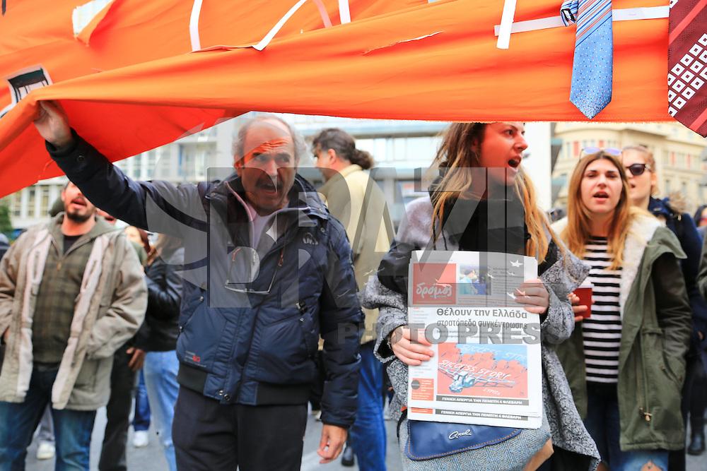 ATENAS, GRÉCIA - 04.02.2016: PROTESTO-GRÉCIA - Gregos realizam protestos contra alta de impostos e cortes em pensões anunciadas pelo governo do país, nesta quinta-feira (04), em Atenas. A polícia foi acionada e houve confusão. (Foto: George Panagakis/Brazil Photo Press)