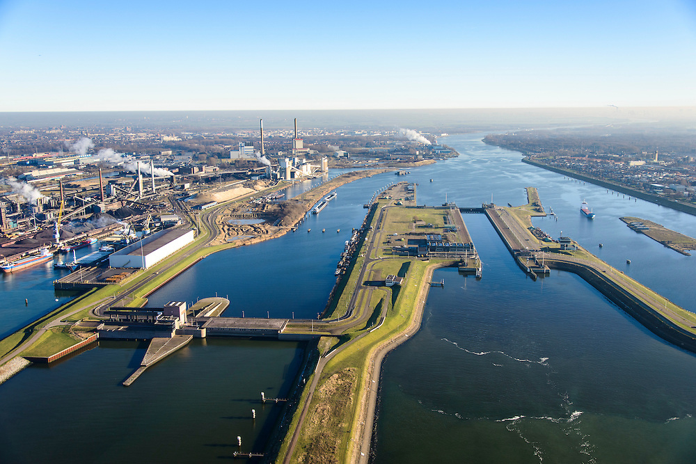 Nederland, Noord-Holland, IJmuiden, 11-12-2013;  sluizencomplex en ingang Noorzeekanaal. De spuisluis en de Noordersluis, Tata Steel in de achtergrond.<br /> Entrance  Noorzee-channel with locks and discharge sluice, Tata Steel in the background.<br /> luchtfoto (toeslag op standaard tarieven);<br /> aerial photo (additional fee required);<br /> copyright foto/photo Siebe Swart.
