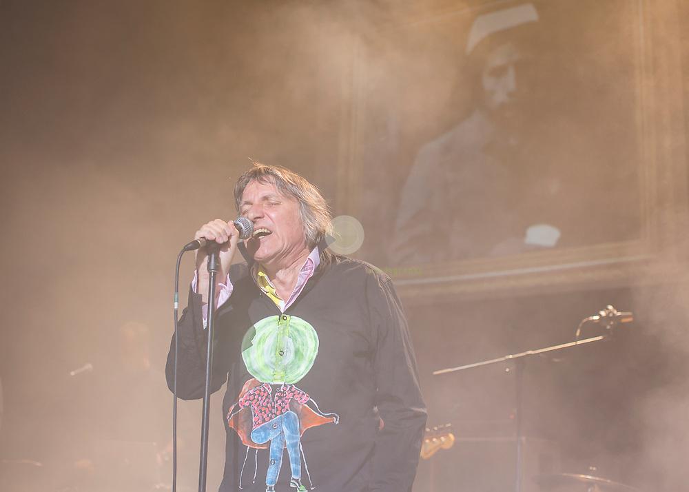 Peter Hein, Saenger der Gruppe Fehlfarben, bei einem Konzert in der Berliner Volksbuehne.