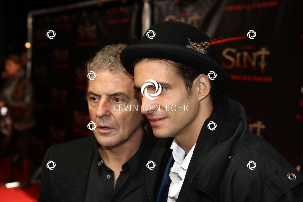 AMSTERDAM - De film Sint van regisseur Dick Maas gaat woensdag in het Muziektheater in Amsterdam in premiere. Met op de foto Egbert Jan Weeber en Huub Stapel. FOTO LEVIN DEN BOER - PERSFOTO.NU