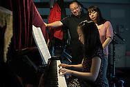 P&eacute;kin, le 16 mai 2014<br />  Chu Xiaojun (le papa), Xie Yingying (la maman) regardent leur fille Chu Qiao (Jojo) jouer au piano.