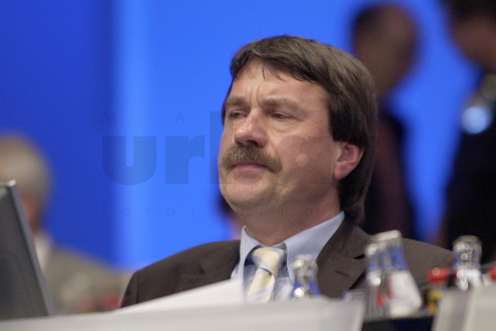 18 NOV 2003, BOCHUM/GERMANY:<br /> Wolfgang Juettner, SPD, Landesvorsitzender Niedersachsen, SPD Bundesparteitag, Ruhr-Congress-Zentrum<br /> IMAGE: 20031119-01-051<br /> KEYWORDS: Parteitag, party congress, SPD-Bundesparteitag, Wolfgang Jüttner