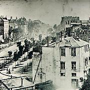 Louis DAGUERRE (1787, 1851).<br /> <br /> &quot;Vue du boulevard du Temple&quot;. (1837 ? 1838 ?)<br /> <br /> . les premi&egrave;res photos &eacute;taient r&eacute;alis&eacute;es d&rsquo;apr&egrave;s des poses tr&egrave;s longues, (plusieurs minutes) d&rsquo;o&ugrave; l&rsquo;absence de personnages fix&eacute;s sur l&rsquo;image. L&rsquo;image,unique, non reproductible, est obtenue sur une plaque de cuivre polie d&rsquo;une couche d&rsquo; argent. <br /> (p 12 Histoire de Voir, vol. 1)