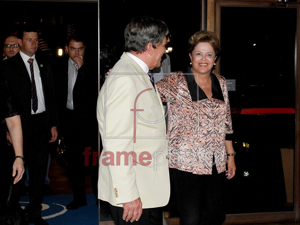 Belém PA 19/03/2014. A presidente Dilma Rousseff foi recebida por um pequeno grupo de manifestantes na chegada ao hotel em  Belém do Pará na noite de ontem. Hoje  a presidente anuncia investimentos do PAC 2 na região. foto: Raimundo Paccó / Frame