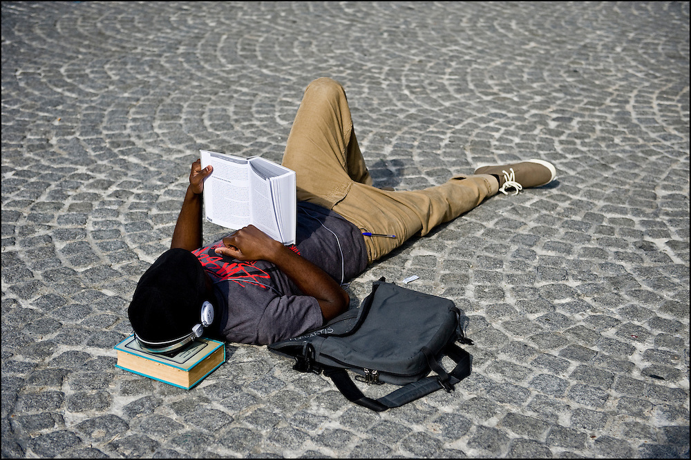 A parisian student is working in the centre of Paris on April 22th, 2010. ©Benjamin Girette