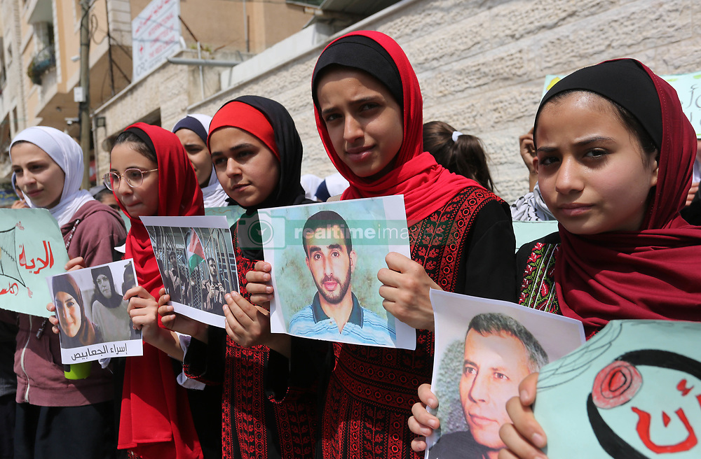 March 28, 2019 - Gaza City, Gaza Strip, Palestinian Territory - Palestinian girls take part in a protest of solidarity with Palestinian prisoners held in Israeli jails, in front of Red Cross office, in Gaza City.  (Credit Image: © Ashraf Amra/APA Images via ZUMA Wire)