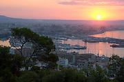 Spanien Spain,Mallorca Balearen....Palma de Mallorca....Blick vom Castell de Bellver auf Stadt und Hafen bei Sonnenaufgang....View on city and harbour at sunrise........
