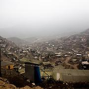 Una veduta di Villa Maria del Triunfo, periferia est di Lima,  avvolta nella nebbia. Lima è la seconda capitale al mondo per estensione a sorgere su di un deserto, il fatto che si affacci anche sul mare crea le condizioni perfette per la presenza costante di nebbia.
